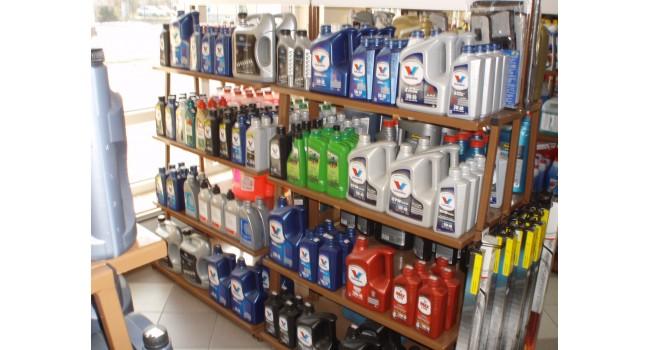 Skladem běžně až - 8 - značek automobilových a motocyklových olejů